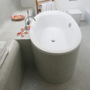 Wanna (Duravit) dla dwojga. Wspólnym kąpielom sprzyjają zainstalowane po środku: odpływ wody i bateria (Zucchetti). Mozaika Sicis idealnie sprawdziła się zarówno na opływowych kształtach wanny, jak i podłodze. Fot. Monika Filipiuk.