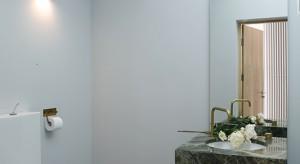 Szacunek dla gości został w tym domu wyrażony w szczególny sposób. Dedykuje się im toaletę, w której umycie rąk staje się eleganckim rytuałem.