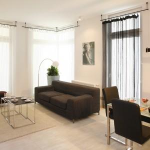 W salonie sporo jest dużych okien od sufitu do podłogi. Zasłony sznurkowe (Lotari)  stanowią subtelną dekorację. Fot. Bartosz Jarosz.
