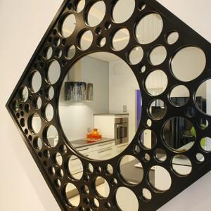 Lustro marki Interia Making Spaces (La Fabrica) jest perełką w aranżacji tego wnętrza. Ciekawa forma zwraca uwagę, a zarazem idealnie wpisuje się nowoczesne otoczenie. Fot. Bartosz Jarosz.