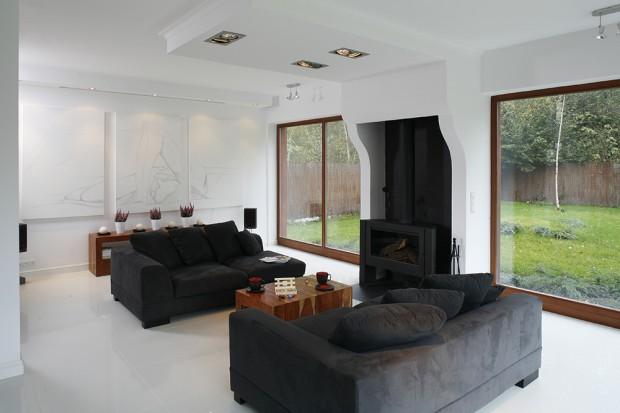 Biało-czarna aranżacja: dom dla minimalisty