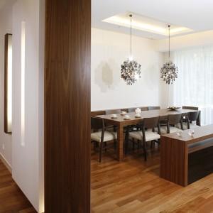 Taka sama kolorystyka jak w reprezentacyjnej jadalni (i dalej w kuchni) przewija się w całym apartamencie. Fot. Monika Filipiuk.