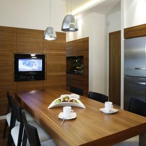 W dużej, wygodnej kuchni znalazło się miejsce także na telewizor (Sharp). Podczas przygotowywania posiłków lub w czasie śniadania można śledzić najnowsze wiadomości. Fot. Monika Filipiuk.