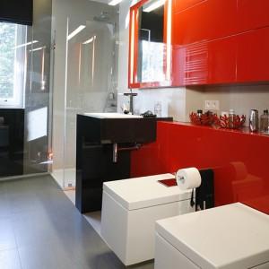 """Mocny, czerwony kolor  równoważy szara okładzina ścienna i podłogowa wykonana z płytek gresowych firmy Ceramiche Caesar (kolekcje """"Loft"""" i """"Live""""). Fot. Monika Filipiuk."""
