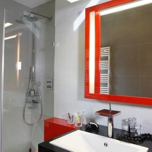 """Szklana kabina prysznicowa wykonana została na zamówienie. Brodzik """"Perseus PRO 100"""" o wymiarach 100x100 cm wybrano z oferty firmy Ravak. Fot. Monika Filipiuk."""