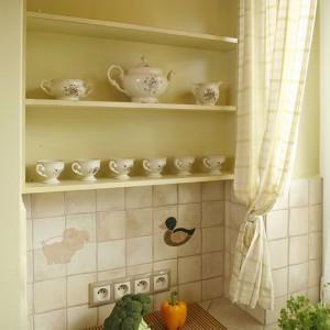 W takiej kuchni nie mogło zabraknąć stylowych półeczek na piękną porcelanę. Fot. Bartosz Jarosz.
