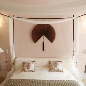 Drewniane łoże (Ego Zeroventiquattro) to niemal rzeźbiarska konstrukcja, na którą składają się masywne, toczone z drewna nogi, elementy z bielonego drewna i stelaż podtrzymujący zwiewny baldachim. Tkaniny przydają jej miękkości i przytulnego charakteru. Fot. Bartosz Jarosz.