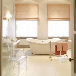Salon kąpielowy zlokalizowany naprzeciw sypialni jest utrzymany w tej samej tonacji pudrowego różu. Wolno stojącą wannę (Sanplast) otacza prostokąt mozaiki Bisazza. Ściany tylko tam, gdzie wymaga tego funkcja lub dekoracja, pokrywa glazura ozdobiona tapetowym wzorem (kolekcja Neobarocco) firmy IRIS. Efekt świetlistości wnętrza dopełniają duże okna. Fot. Bartosz Jarosz.