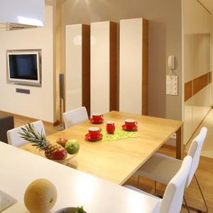 """Trzy """"kolumny"""", to szafki, wykonane według projektu architektów – proste rozwiązanie stwarzające doskonałe przestrzenie, w których można posegregować różne drobiazgi niezbędne i w salonie, i w jadalni. Fot. Bartosz Jarosz."""
