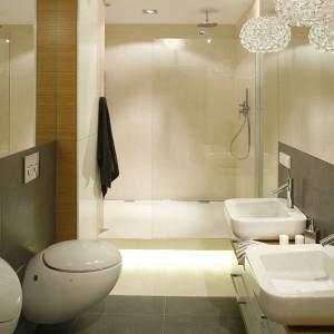 W łazience zastosowano dwa rodzaje płytek: białe Antalya Cream oraz grafitowe Silex (NovaBell). Fot. Bartosz Jarosz.