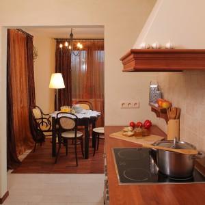 W bezpośrednim sąsiedztwie kuchni znajduje się zaaranżowana jadalnia, której wyposażenie stanowią rattanowe krzesła i okrągły stół. Fot. Tomasz Markowski.