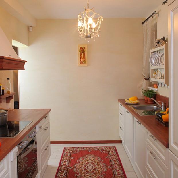 Kuchnia w klasycznym stylu: białe drewniane fronty