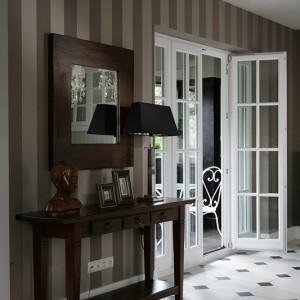 Oryginalne dwuskrzydłowe drzwi prowadzą z holu do loggii; stolarka okienna w całym domu została starannie odtworzona na oryginalnej bazie. Fot. Tomasz Augustyn.