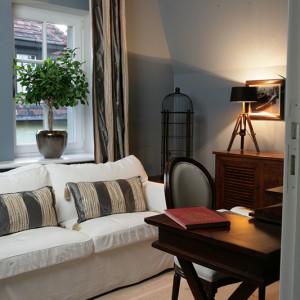 Pokoik usytuowany obok kuchni pełnić może rolę dodatkowego gabinetu lub pokoju gościnnego. Ze względu na chłodny, stalowy kolor ścian, jego aranżacja odbiega nieco od pozostałych pomieszczeń. Fot. Tomasz Augustyn.
