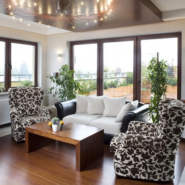 Biel i brąz: pomysłowe mieszkanie dla młodych