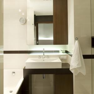 Wnętrze łazienki nie jest duże, ale udało się je tak zgrabnie zaaranżować, by mogło pełnić wszystkie potrzebne funkcje. Jest umywalka, wanna, kabina prysznicowa i WC, a także mnóstwo poukrywanych szafek i schowków. Fot. Tomek Markowski.