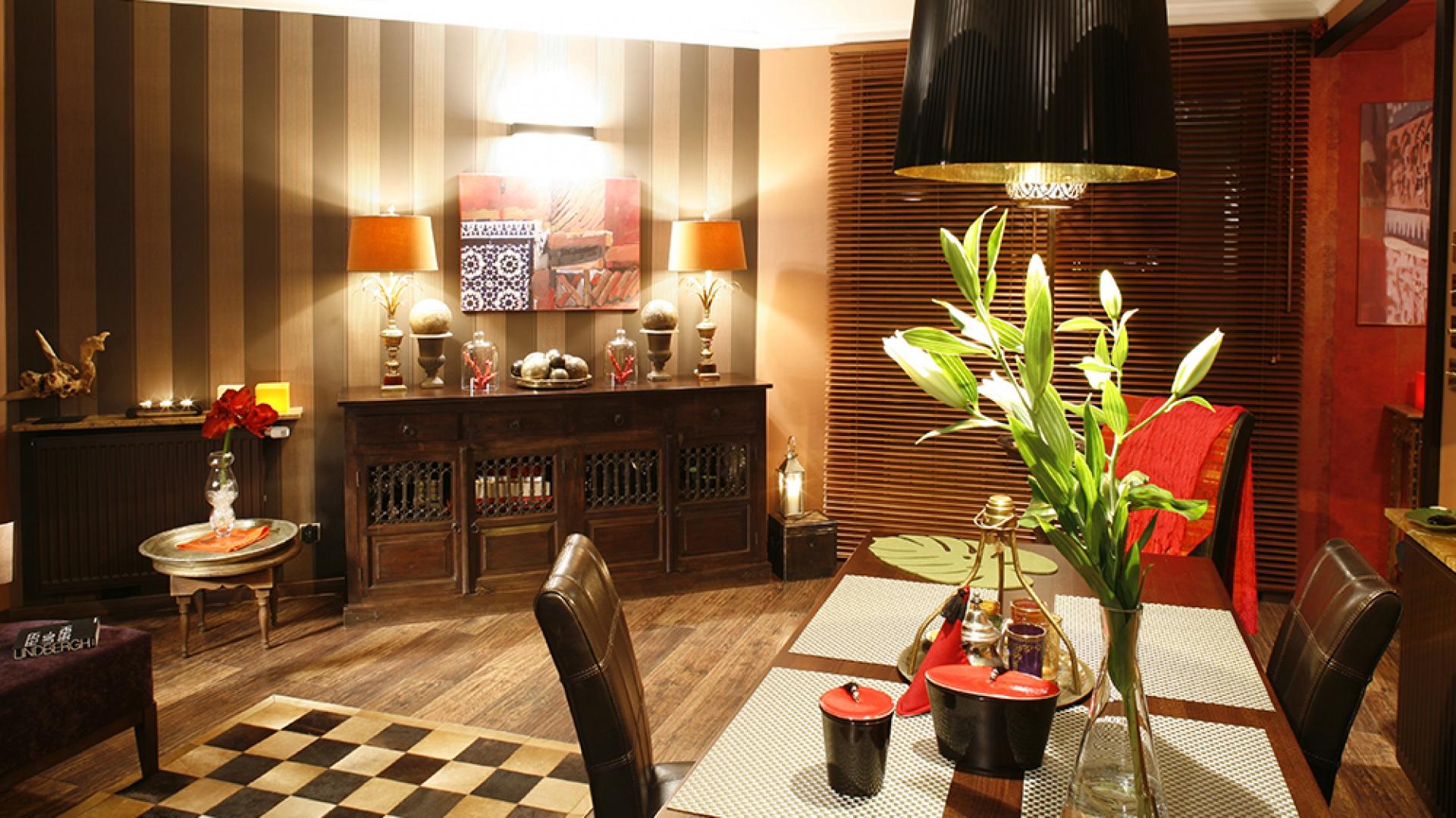 Goście siedzący przy stole mogą podziwiać unikaty tego domu, jak... malarstwo Moniki Kantor. Fot. Bartosz Jarosz.