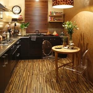 Jak się okazuje, podłoga z egzotycznego drewna może być doskonałym tłem nie tylko dla marokańskich dodatków, ale również nowoczesnej kuchennej zabudowy. Fot. Bartosz Jarosz.