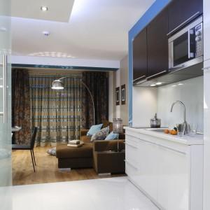 Biel dodaje wnętrzu przestrzeni. Dlatego w tym kolorze jest podłoga w korytarzu i zabudowa kuchenna z lakierowanego mdf-u. Fot. Bartosz Jarosz.