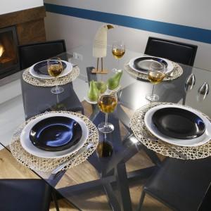 Szklany blat hiszpańskiego stołu (Interia Making Spaces) eksponuje jego monumentalną, ciekawą podstawę. A ustawione na nim nakrycia wydają się lewitować. Fot. Bartosz Jarosz.