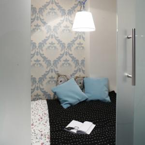 Lampy (Interia Making Spaces) na regulowanych ramionach w technicznym stylu, sprawiają, że w sypialni nie jest za słodko. Fot. Bartosz Jarosz.