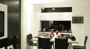Atmosferę kuchni buduje eleganckie zestawianie bieli i czerni z akcentami szminkowej czerwieni. Wszystko w połysku, z kroplą glamour. Do tego ta intrygująca nowoczesność, połączona z wyrafinowanym detalem wysmakowanej awangardy.