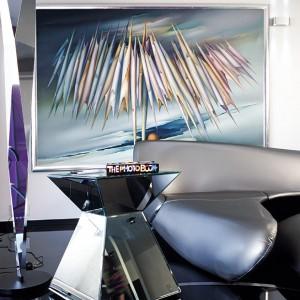 Koncepcja wnętrza jest bardzo wyrafinaowana. Łączy się sztukę z odważnym designem. Lustrzany stolik to kolejny element z kosmicznego wystroju. Fot. Marta Znój.