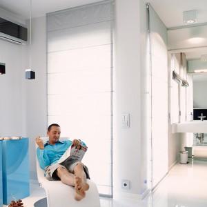Sypialnia i łazienka tworzą jedną strefę: relaksu. Szezlong w białej skórze został kupiony w CasaNova Collection. Fot. Marta Znój.