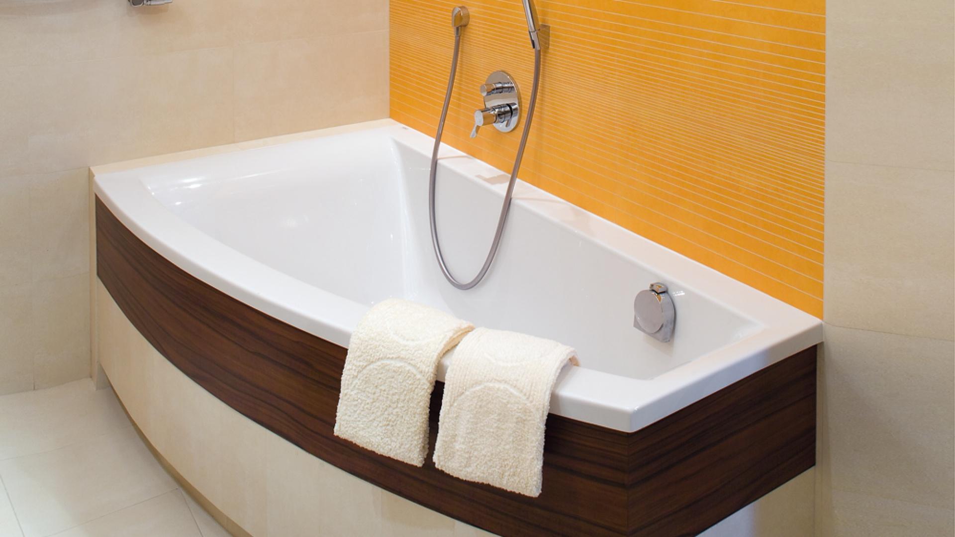 Wanna o asymetrycznym, idealnym dla tej łazienki kształcie pochodzi z oferty firmy Koło. Fot. Bartosz Jarosz.