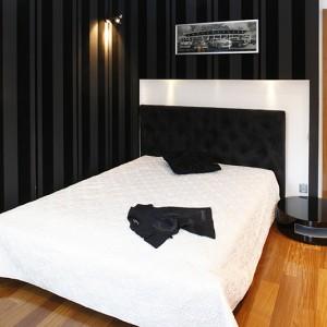 Sypialnia młodego mężczyzny to wnętrze skomponowane w dwóch, kontrastujących ze sobą barwach: czerni i bieli. W tych kolorach dobrano meble oraz wszelkie dodatki, w tym tkaniny. Fot. Bartosz Jarosz.