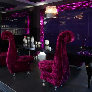 Krzesła jadalniane Marilyn (Bretz) mocno zaznaczają swoją wyrazistą formę i intensywną barwę na tle czarnej zabudowy kuchennej. Fot. Tomasz Markowski.