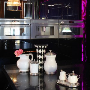 Porcelana szlachetnie zdobiona postarzanym srebrem wchodzi w ciekawą grę z nowoczesną kuchnią. Fot. Tomasz Markowski.