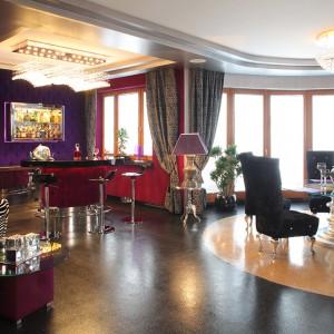 Podłoga w salonie wykonana jest z żywic dekoracyjnych: czarnej ze srebrnym brokatem oraz złotej z metalicznymi płatkami. Podwieszany sufit podkreślono natomiast srebrnym kolorem. Fot. Tomasz Markowski.