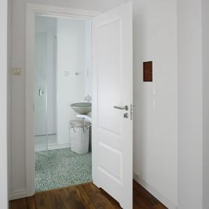 Łazienka pana domu może również pełnić funkcję toalety gościnnej. To niewielkie, ale efektowne wnętrze. Oprócz umywalki i sedesu mamy tu do dyspozycji także przestronną kabinę prysznicową. Fot. Bartosz Jarosz.