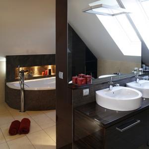 Z przestronnej łazienki mogą jednocześnie korzystać dwie osoby. Służy temu para umywalek czy odseparowanie wanny przepierzeniem. Fot. Bartosz Jarosz.
