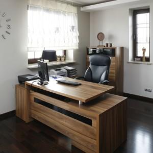 Naturalna aura w miejscu do pracy sprzyja koncentracji. Służą jej drewniane meble, podłoga, a nawet bibeloty. Fot. Bartosz Jarosz.