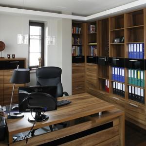 Meble gabinetowe wykonano na zamówienie z drewna. Półki do samego sufitu mieszczą dokumenty, których wciąż przybywa pani domu z uwagi na jej zawód (jest księgową). Fot. Bartosz Jarosz.