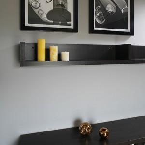 W gabinecie łączą się nowoczesne stylistyki i interpretacje znanych nurtów. Meble biurowe stylizowane na Bauhaus,wyeksponowano na jasnym technicznym parkiecie, a w tle zwariowana tapeta z hipnotyzującym dekorem op-art. Fot. Bartosz Jarosz.