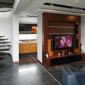 Ścianka, za którą urządzono kuchnię, od strony salonu została zaadoptowana na potrzeby kina domowego. Fot. Bartosz Jarosz.