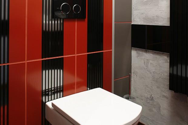 Łazienka w pasy: czerwony i szary w udanym duecie