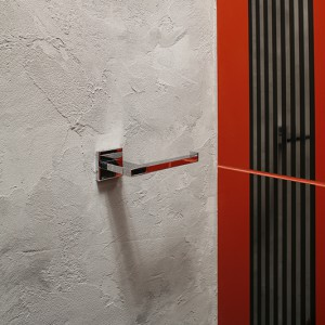 Odpowiednio nałożony tynk strukturalny imituje surowy beton. Jest doskonałym tłem dla nowoczesnych dodatków łazienkowych holenderskiej firmy Tiger. Fot. Bartosz Jarosz.