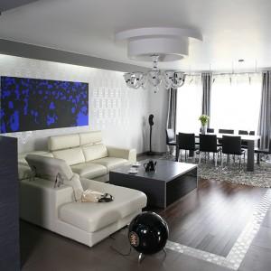 """Mocnym i intrygującym akcentem w salonie, jest wyeksponowany na głównej ścianie obraz """"Basen"""" Anny Pietrzak. Fot. Bartosz Jarosz."""