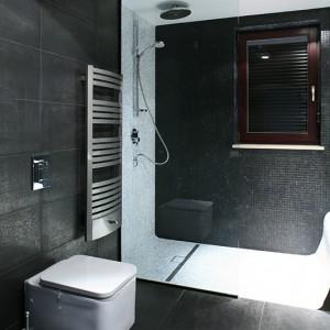 Łazienka gościnna znajduje się na parterze, tuż przy schodach. Jest wyposażona w prysznic (kabina wykonana na zamówienie, bateria Hansgrohe), stanowi więc alternatywę dla łazienki na piętrze. Fot. Bartosz Jarosz.