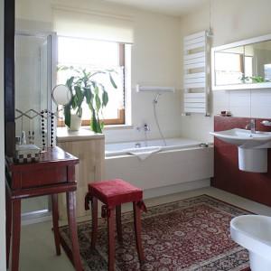 Salonik kąpielowy jest nowoczesny i romantyczny zarazem. Wyposażony w wannę (Kohler) oraz kabinę prysznicową gwarantuje komfort kąpieli. Meble oraz dodatki pomagają zadbać również o dobre samopoczucie. Fot. Bartosz Jarosz.