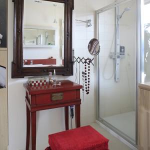 Łazienka to nie tylko pomieszczenie sanitarne. Przy toaletce (Meble Vox) z lustrem wyszukanym na targu staroci można wykonać makijaż, ułożyć fryzurę, przymierzyć biżuterię... Fot. Bartosz Jarosz.