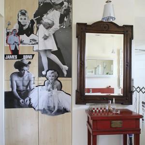 Fotosy aktorów i aktorek oraz zdjęcie ze słynną sceną pocałunku podkreślają buduarowy klimat wnętrza. Umieszczone zostały na drzwiach łazienkowej szafy (z bielonej sklejki jesionowej),w której ukryta jest pralka. Fot. Bartosz Jarosz.