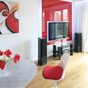 W aranżacji wnętrza zastosowano konsekwentnie trzy kolory: biel, czerwień i czerń, które idealnie współgrają ze sobą zwłaszcza w salonie. Fot. Bartosz Jarosz.