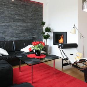 Można tu wypocząć na skórzanej kanapie (Rolf Benz), fotelu lub sofie LC2, zaprojektowanych przez samego Le Corbusiera lub też wyciągnąć się na słynnym szezlongu LC4, również projektu słynnego Francuza. Stolik kawowy Barcelona, autorstwa Ludwiga Miesa van der Rohe, dopełnia całości. Fot. Bartosz Jarosz