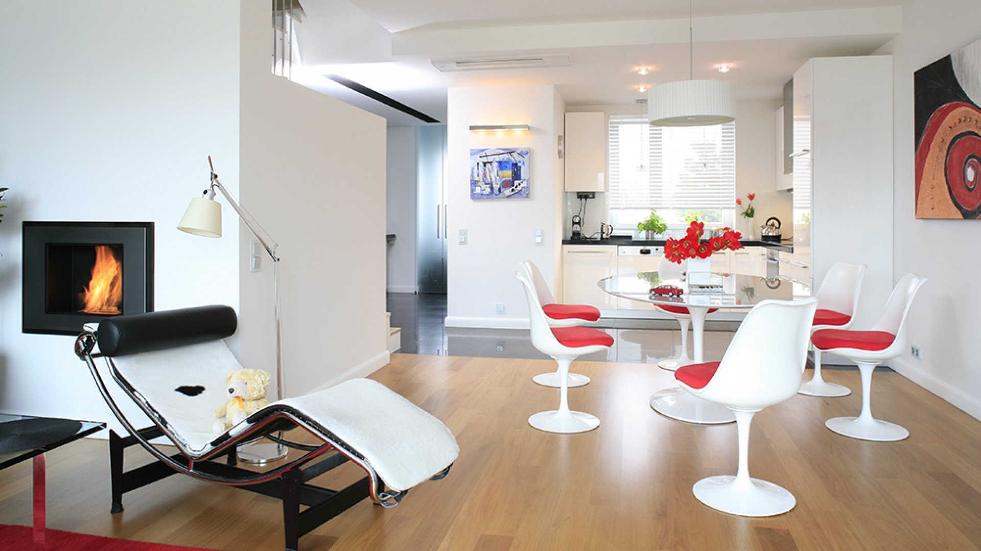 Designerska jadalnia ulokowana jest pomiędzy salonem a kuchnią, tworzy ją zestaw mebli zaprojektowanych w 1956 roku przez Eero Sararinena. Cecha charakterystyczna: każdy mebel jest na jednej nodze! Fot. Bartosz Jarosz.