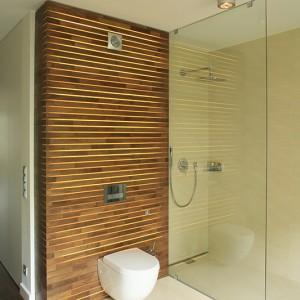 W kabinie prysznicowej typu walk-in zainstalowano deszczownicę (Deante) oraz baterię z rączką natrysku. Odprowadzenie wody gwarantuje  zainstalowany w posadzce odpływ prysznicowy (Kessel). Fot. Bartosz Jarosz.